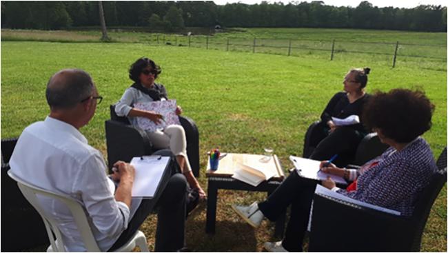 Atelier avec 4 personnes dans un jardin